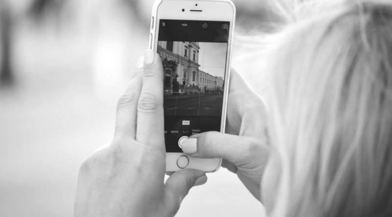 bild på en mobil och instagrams nya algoritm