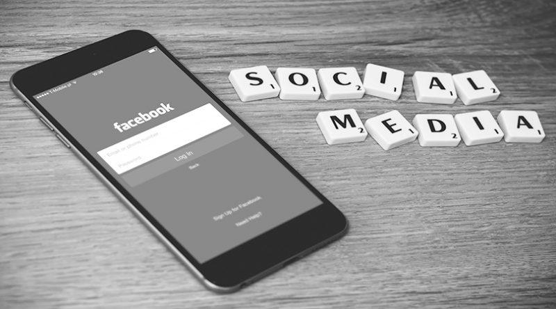 Mobiltelefon med Facebookinlogg