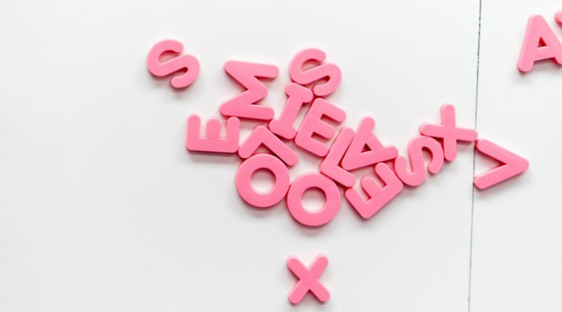 rosa bokstäver som bildar ord