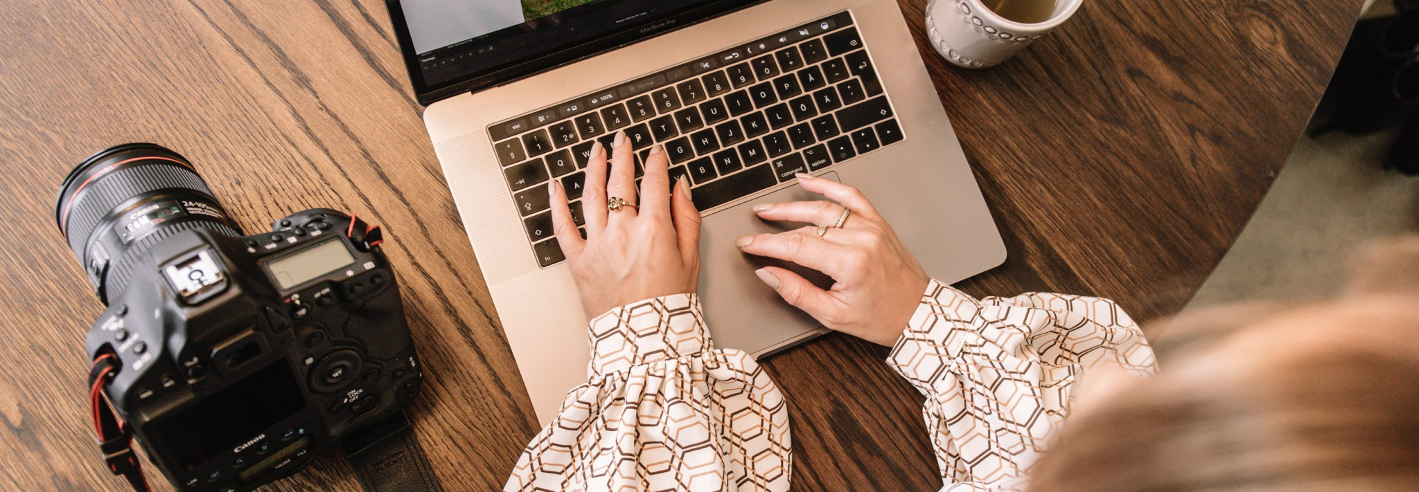 Händer som knappar på laptop
